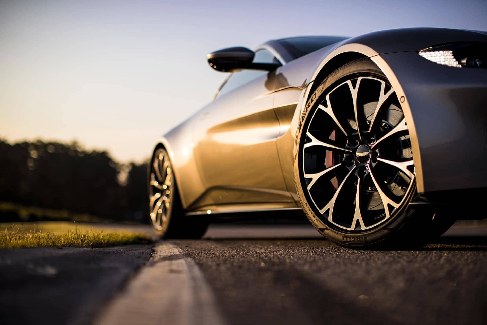 Aston-Martin-Vantage-2017-2