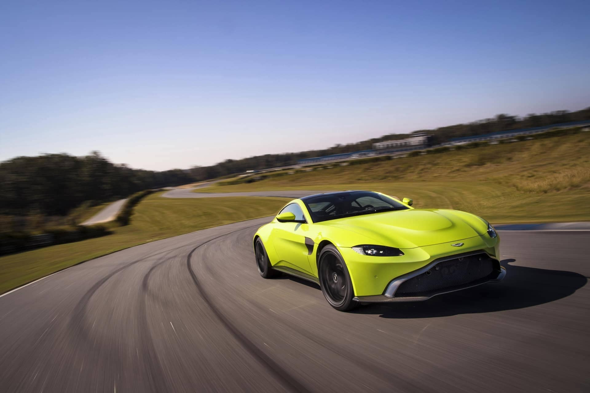 Aston-Martin-Vantage-2017-21