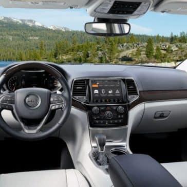 2019-Jeep-Grand-Cherokee-Gallery-Interior-White-Seats-Center-Unit